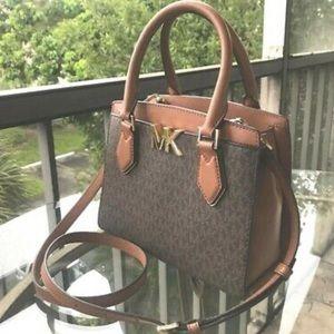 Woman's Michael kors arm purse